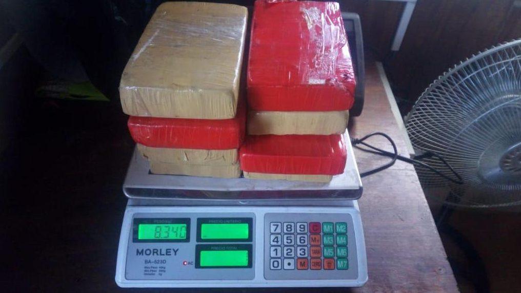 Detienen a diplomático boliviano con ocho kilos de cocaína