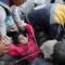 Video del rescate de una niña tras bombardeo en Siria