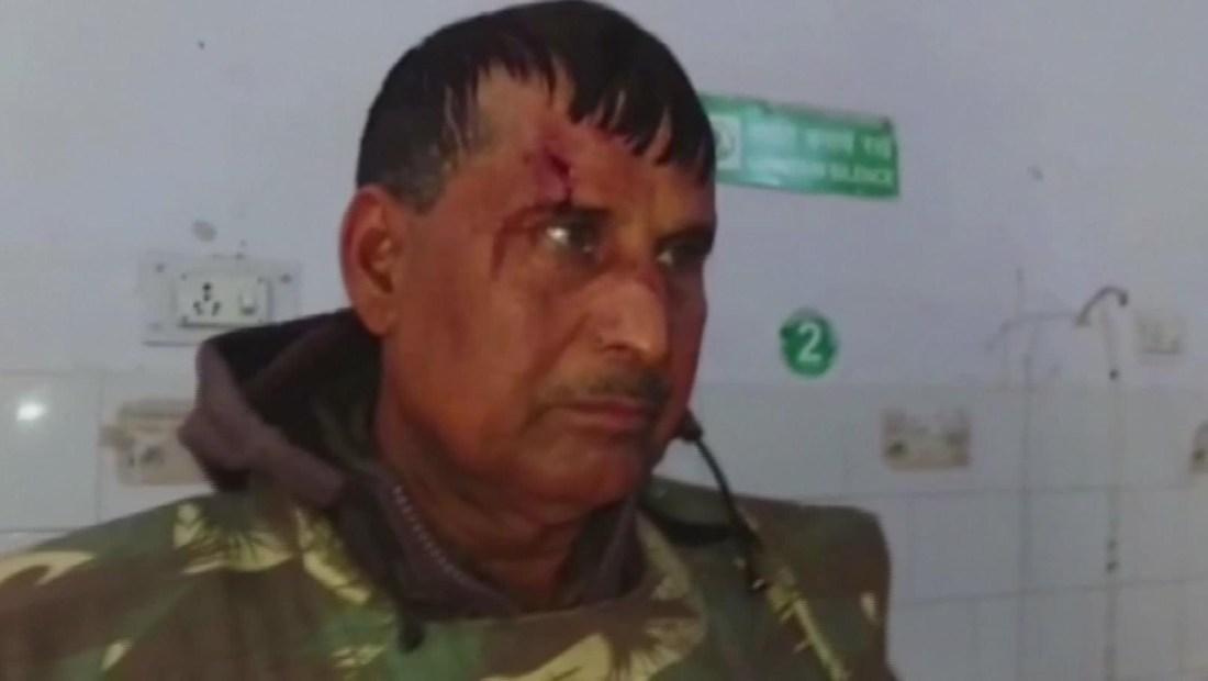 Policía golpea con palos a manifestantes en la India