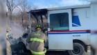 Cartero salva regalos de Navidad de su camión en llamas