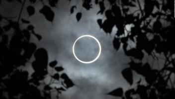 """El eclipse solar """"anillo de fuego"""" oscurece el cielo"""