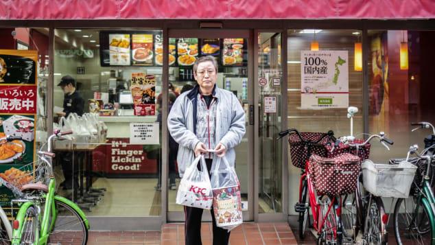 Un hombre japonés, fotografiado en 2015, posa después de comprar KFC para su familia en la víspera de Navidad en Tokio.