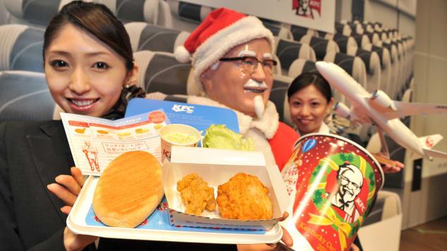 """En 2012, Japan Airlines se asoció con KFC para ofrecer """"AIR Kentucky Fried Chicken"""", una colaboración por tiempo limitado que despegó a tiempo para las fiestas decembrinas."""
