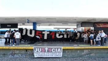 Familiares pidiendo justicia por la tragedia de Once. (Foto de Télam).