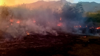 AME4793. CAGUA (VENEZUELA), 23/01/2020.- Fotografía cedida por Cuerpos de Seguridad del estado de Aragua donde se observan ambulancias y carros de bomberos atender un incendio, este jueves en una zona de extracción popular de Cagua, un poblado localizado a las afueras de Caracas, en el estado de Aragua (Venezuela). Al menos diez personas fallecieron, siete de ellos menores de edad, informaron los bomberos y Protección Civil a Efe. EFE/ Cuerpos de Seguridad del estado de Aragua / SOLO USO EDITORIAL/NO VENTAS/MEJOR CALIDAD DISPONIBLE