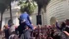 Agentes de la Guardia Nacional forcejean con Guaidó