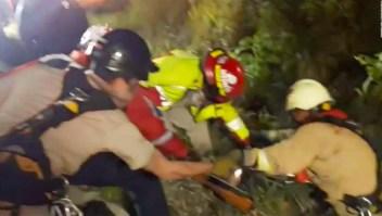 Bomberos rescatan a una familia que cayó a un barranco