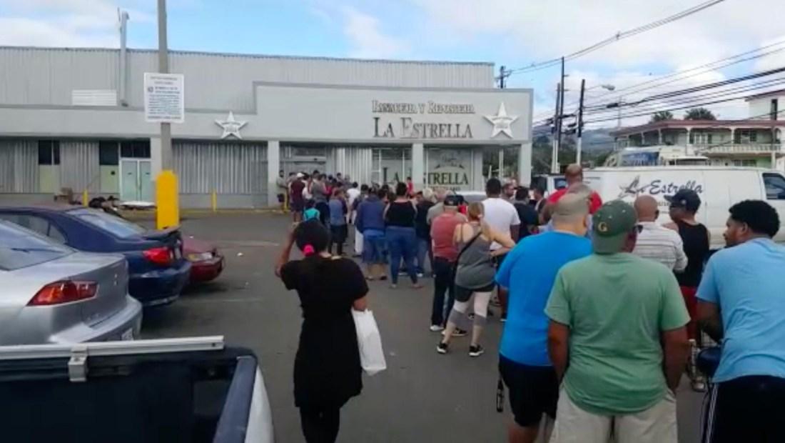 Largas filas para comprar artículos de primera necesidad