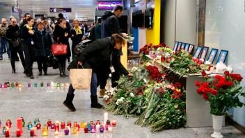 Dolor de un hombre que perdió a su mujer en acciente aéreo