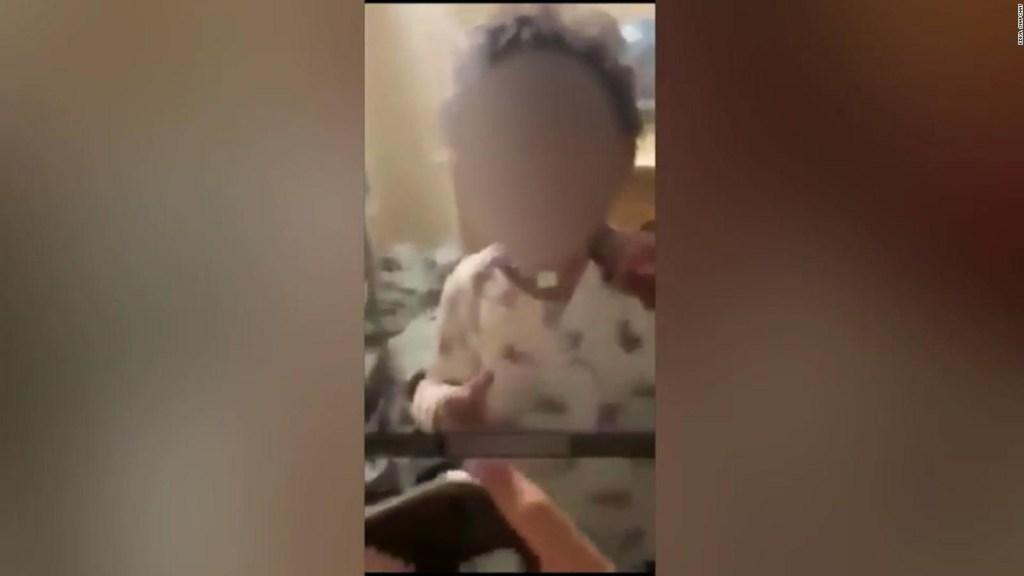 Adolescentes graban a un niño de 2 años vapeando