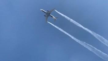 Avión libera combustible en vuelo y afecta a 60 personas