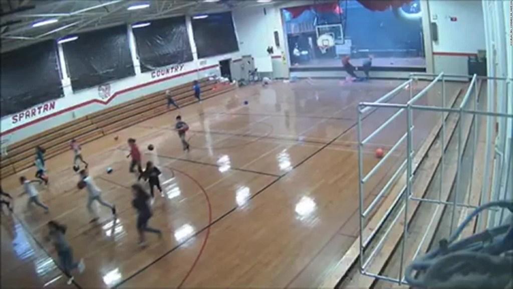 Mira cómo una tormenta destruye la pared de un gimnasio escolar
