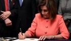 Pelosi firma artículos de encausamiento contra Trump
