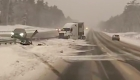 Camión gira 180 grados en carretera nevada