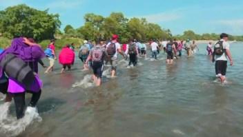 Inmigrantes se lanzan al río Suchiate para cruzar a México