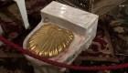 Subastan inodoros de oro de Frank Sinatra