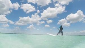 Surf de remo es otra manera de recorrer la Laguna Bacalar