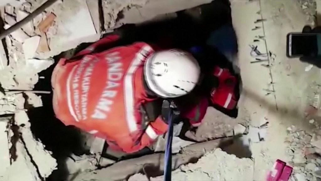 Rescatan a una niña entre los escombros en Turquía