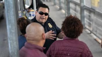"""Solicitantes de asilo llenan los campamentos como parte de la política estadounidense de """"permanecer en México"""""""