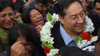 Bolivia's presidential candidate for the Movement for Socialism (MAS) party Luis Arce Catacora (R) is surrounded by supportrs upon arrival at the El Alto airport on January 28, 2020. (Photo by AIZAR RALDES / AFP) (Photo by AIZAR RALDES/AFP via Getty Images)