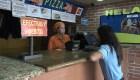 Venezolanos recurren al dólar para sobrevivir a la crisis