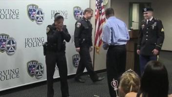 Sorprende a su mamá cuando fue juramentada policía
