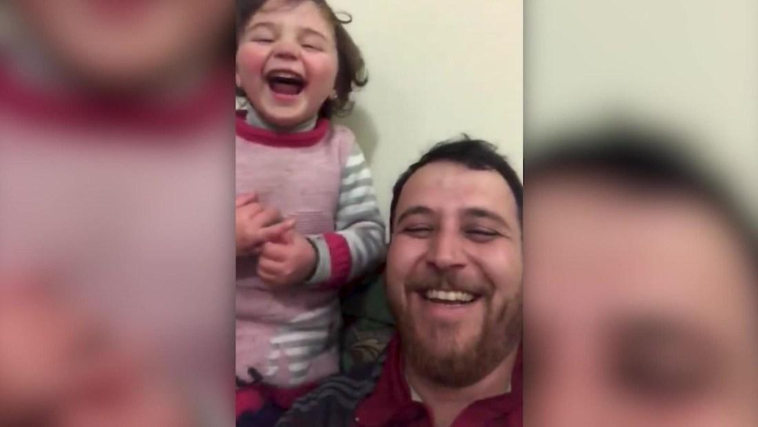 Un papá hace reír a carcajadas a su hija pese a la guerra en Siria