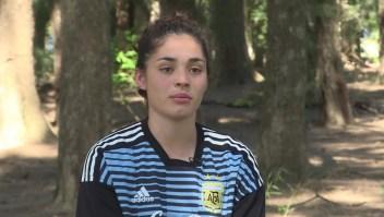 Chiara Singarella representa a Argentina en fútbol y balonmano