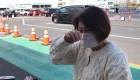 Mujer llora al desembarcar el crucero en cuarentena