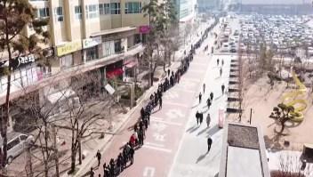 Esta enorme fila es para comprar tapabocas en Corea del Sur