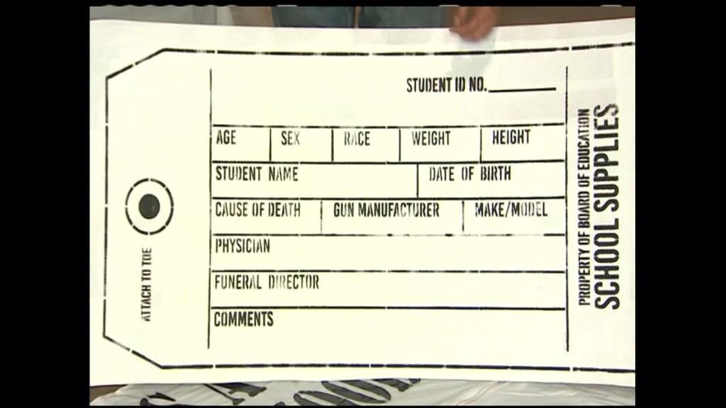 Bolsas para cadáveres como parte de los útiles escolares