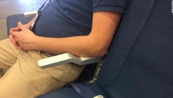 ¿Está bien reclinar tu asiento en el avión? El gran debate sobre la silla reclinada