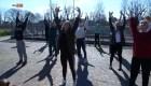 Dan clases de baile al aire libre en Italia para evitar el coronavirus