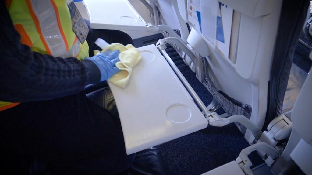 Así desinfectan aviones y trenes por temor al coronavirus