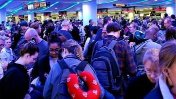 Aeropuertos de EE.UU., atestados tras restricciones