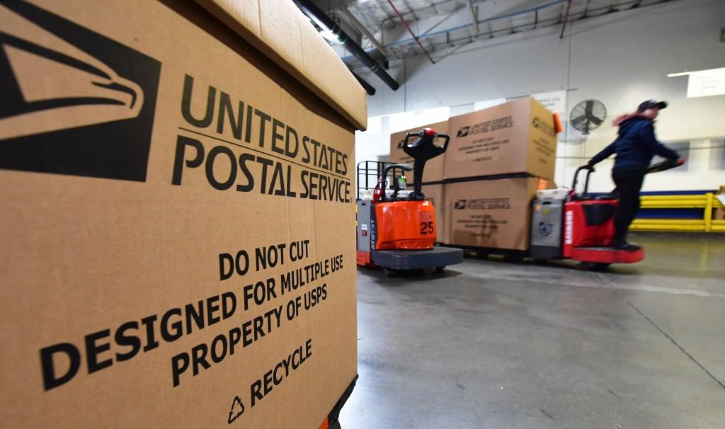 Cajas de correo en un camión de entrega dentro de uno de los centros de procesamiento y distribución de paquetes de servicios postales más grandes de EE.UU. en Los Ángeles. Crédito: FREDERIC J. BROWN / AFP a través de Getty Images