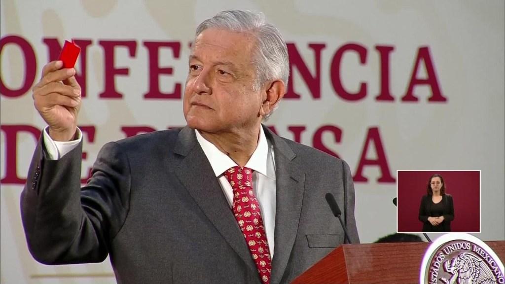 López Obrador enseña su amuleto de protección ante el coronavirus