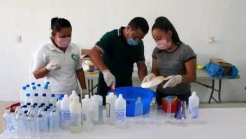Mujeres producen gel antibacterial para combatir el covid-19