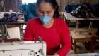 Excombatientes de las FARC hacen mascarillas