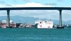 Un buque hospital llega al puerto de Los Ángeles