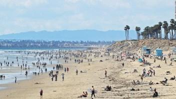 Las multitudes llenaron las playas de California a pesar del orden de refugio