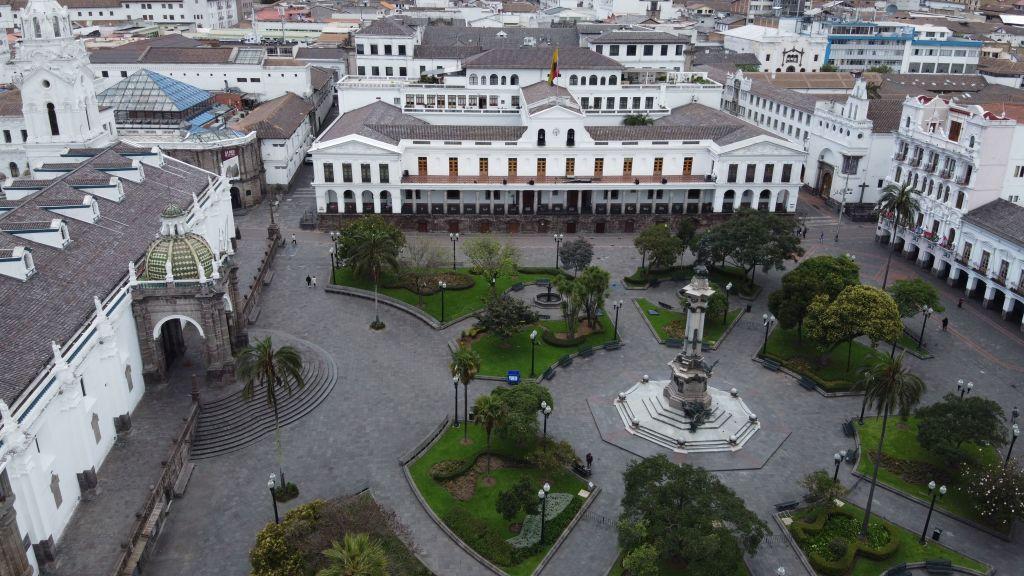 Ecuador logra una renegociación de bonos de deuda externa para aliviar la crisis