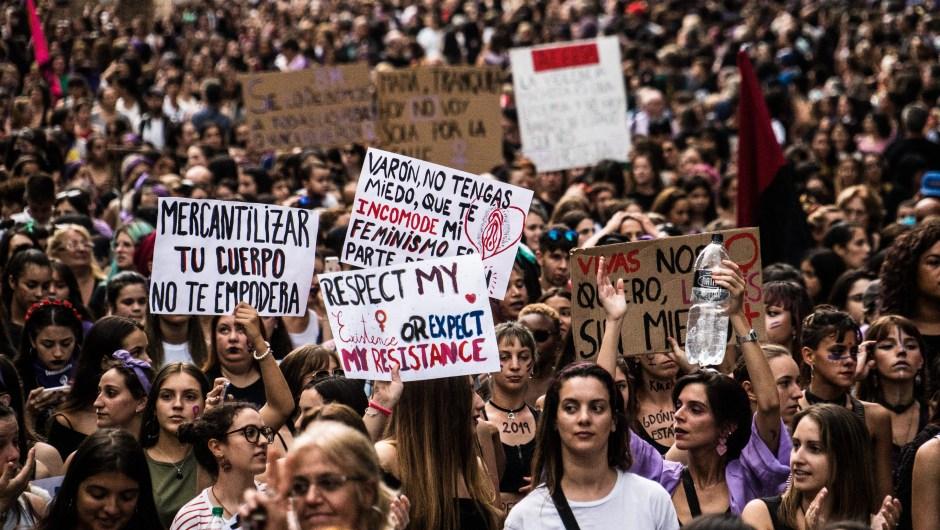 """Bajo la consigna de """"más feminismo, mejor democracia"""", la principal avenida de la capital uruguaya estuvo abarrotada durante el domingo, en reclamo de igualdad y del fin de los feminicidios"""
