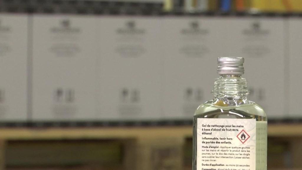 En Suiza, una destilería cambia su producción de bebidas por desinfectante de manos