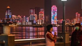 Wuhan levanta restricciones por covid-19