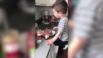 """Niño en cuarentena canta """"All By Myself"""" mientras cocina"""