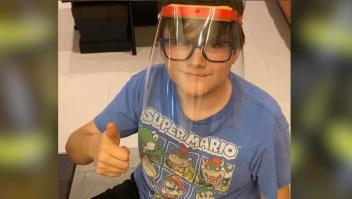 Niño usa sus ahorros para producir máscaras y donarlas