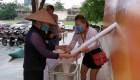 Los vietnamitas buscan arroz mediante un peculiar instrumento
