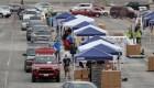 EE.UU.: largas filas de autos en busca de comida