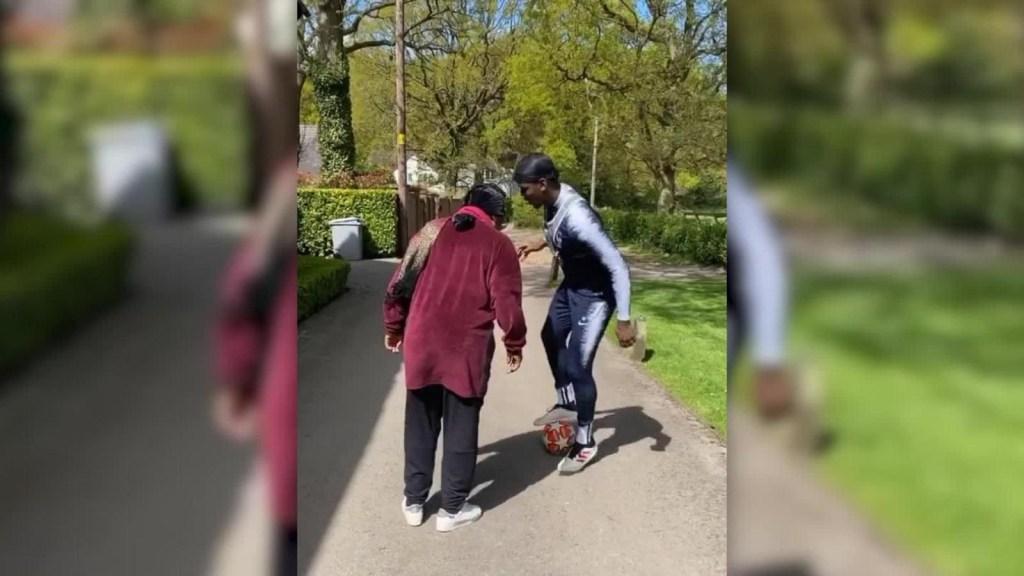 Paul Pogba juega con su madre para pasar tiempo con ella